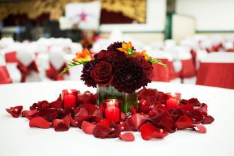 https://cf.ltkcdn.net/weddings/images/slide/226906-850x567-Dark-Red-Flowers-Centerpiece.jpg