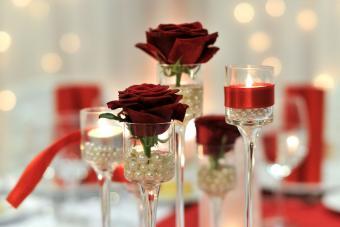 https://cf.ltkcdn.net/weddings/images/slide/226909-850x567-pretty-pearls-and-roses-centerpiece.jpg