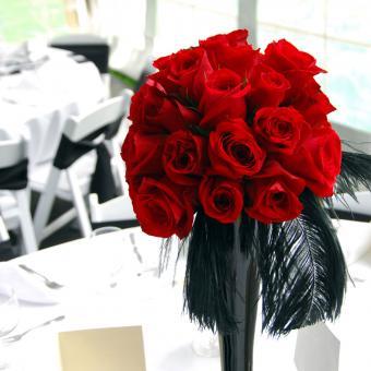https://cf.ltkcdn.net/weddings/images/slide/226910-500x500-red-rose-bouquet-centerpiece.jpg