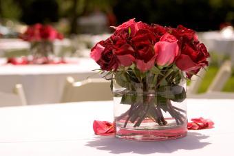 https://cf.ltkcdn.net/weddings/images/slide/226913-850x567-vase-of-short-rose-bouquet.jpg