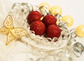https://cf.ltkcdn.net/weddings/images/slide/226928-600x434-red-candles-and-crystals-centerpiece.jpg