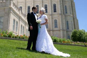 https://cf.ltkcdn.net/weddings/images/slide/236417-850x567-bride-and-groom-front-of-church.jpg