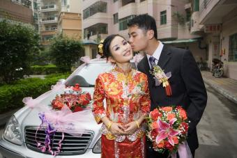https://cf.ltkcdn.net/weddings/images/slide/236526-850x567-groom-kissing-chinese-bride.jpg