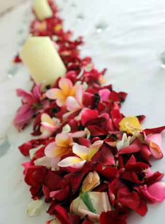 https://cf.ltkcdn.net/weddings/images/slide/238480-850x1154-Tropical-centerpiece-for-a-long-table.jpg