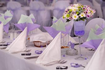 https://cf.ltkcdn.net/weddings/images/slide/238592-850x565-violet-vase-centerpiece.jpg