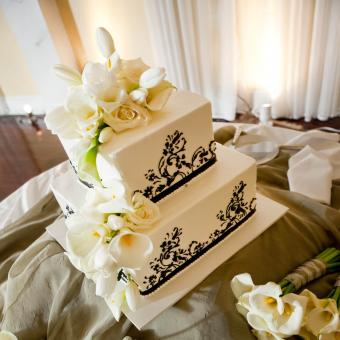 Cake with Calla Lilies and Roses