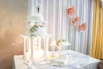 Wedding cake decoration of champagne fountain