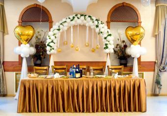 Wedding head table balloon arch decoration