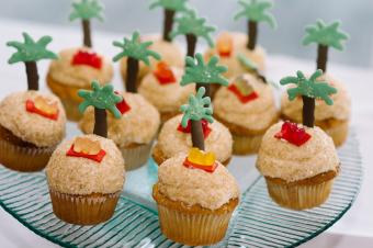 https://cf.ltkcdn.net/weddings/images/slide/240770-600x399-palm-tree-beach-cupcakes.jpg