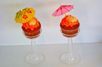 https://cf.ltkcdn.net/weddings/images/slide/240774-600x399-seashell-and-umbrella-cupcakes.jpg