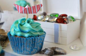 https://cf.ltkcdn.net/weddings/images/slide/240776-600x398-blue-cupcake-with-boat.jpg