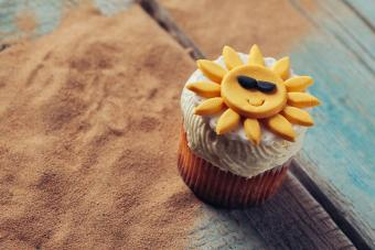 https://cf.ltkcdn.net/weddings/images/slide/240781-600x400-smiling-sun-cupcake.jpg