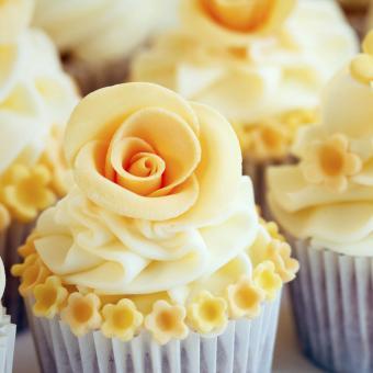 https://cf.ltkcdn.net/weddings/images/slide/240986-850x850-yellow-rose-cupcakes-14.jpg