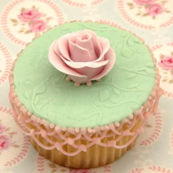 https://cf.ltkcdn.net/weddings/images/slide/240988-850x850-pink-latice-and-rose-cupcake-23.jpg
