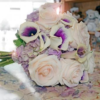 https://cf.ltkcdn.net/weddings/images/slide/241255-850x850-18-calla-lily-bridal-bouquets.jpg