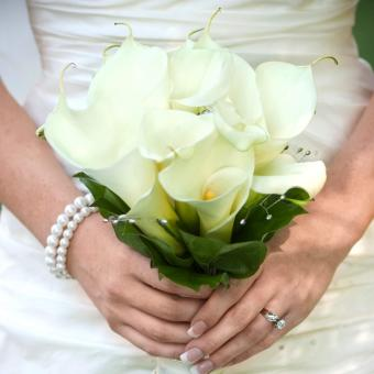 https://cf.ltkcdn.net/weddings/images/slide/241268-850x850-16-calla-lily-bridal-bouquets.jpg