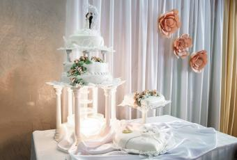 Wedding cake with champagne fountain
