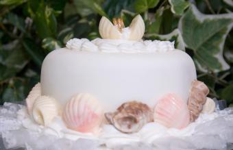 Wedding Cake Tier with Wedding Rings in Seashells