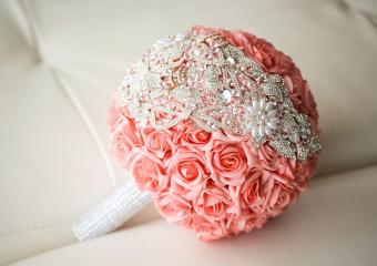 https://cf.ltkcdn.net/weddings/images/slide/245585-850x600-Round-Wedding-Bouquet-with-Beads.jpg