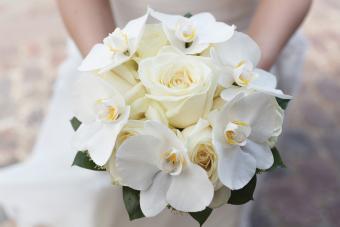 https://cf.ltkcdn.net/weddings/images/slide/245595-850x567-white-flower-bouquet.jpg