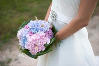 https://cf.ltkcdn.net/weddings/images/slide/245599-850x566-hydrangea-bouquet.jpg