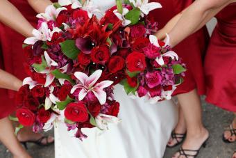https://cf.ltkcdn.net/weddings/images/slide/245602-850x567-red-wedding-bouquet.jpg