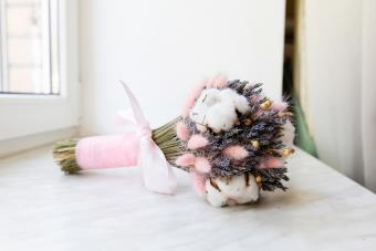 https://cf.ltkcdn.net/weddings/images/slide/245608-850x567-bridal-bouquet-with-cotton.jpg