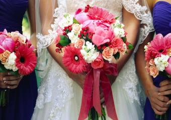 https://cf.ltkcdn.net/weddings/images/slide/250748-850x595-2_bouquet_bride_bridesmaids.jpg