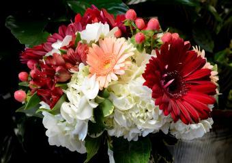 https://cf.ltkcdn.net/weddings/images/slide/250749-850x595-3_bouquet_burgundy.jpg