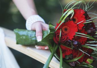 https://cf.ltkcdn.net/weddings/images/slide/250756-850x595-9_bouquet_red.jpg