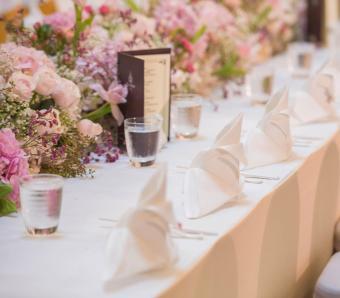 https://cf.ltkcdn.net/weddings/images/slide/251202-850x744-9-pictures-head-table-decorations.jpg