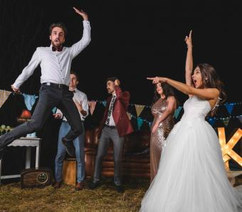 https://cf.ltkcdn.net/weddings/images/slide/254073-850x744-1-crazy-wedding-pictures.jpg