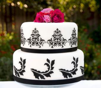 https://cf.ltkcdn.net/weddings/images/slide/266413-850x744-stenciled-cake.jpg