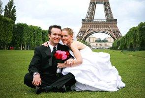 Photo of a bride and groom near the Eiffel Tower