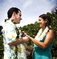 Image of a couple eloping in Hawaii