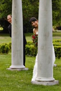 Use columns in wedding photos.