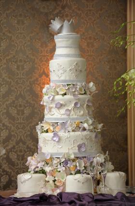 Amazing wedding cakes lovetoknow for Amazing wedding cake decoration game