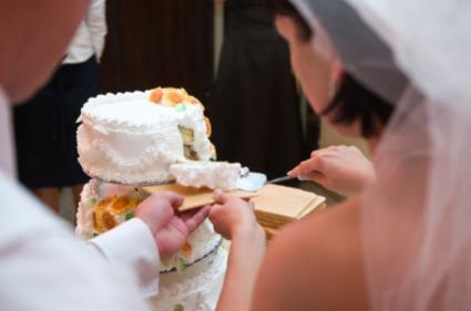 slicing wedding cake