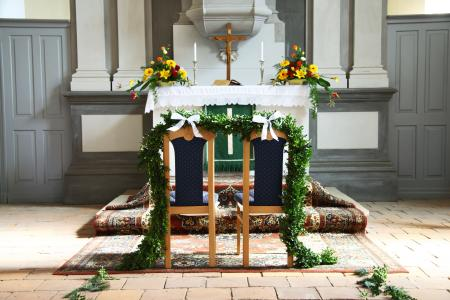 Wedding Flowers for Church Altars | LoveToKnow
