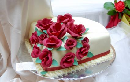 red roses and ribbon cake