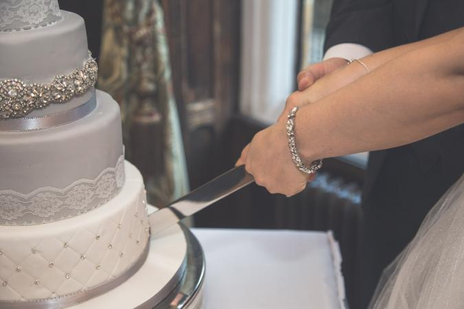 when to cut your wedding cake how to cut a wedding cake lovetoknow 27127