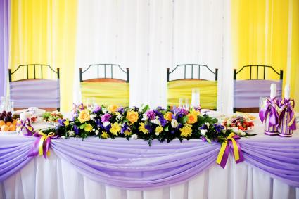 Wedding table with fioletovaya and yellow ribbons