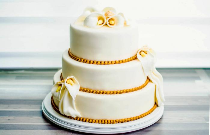 traditional wedding cake with calla lilies