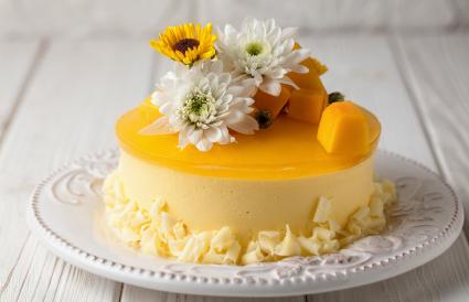 Mango cheesecake with flowers