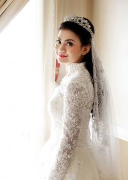 Bride wearing veil attached to tiara