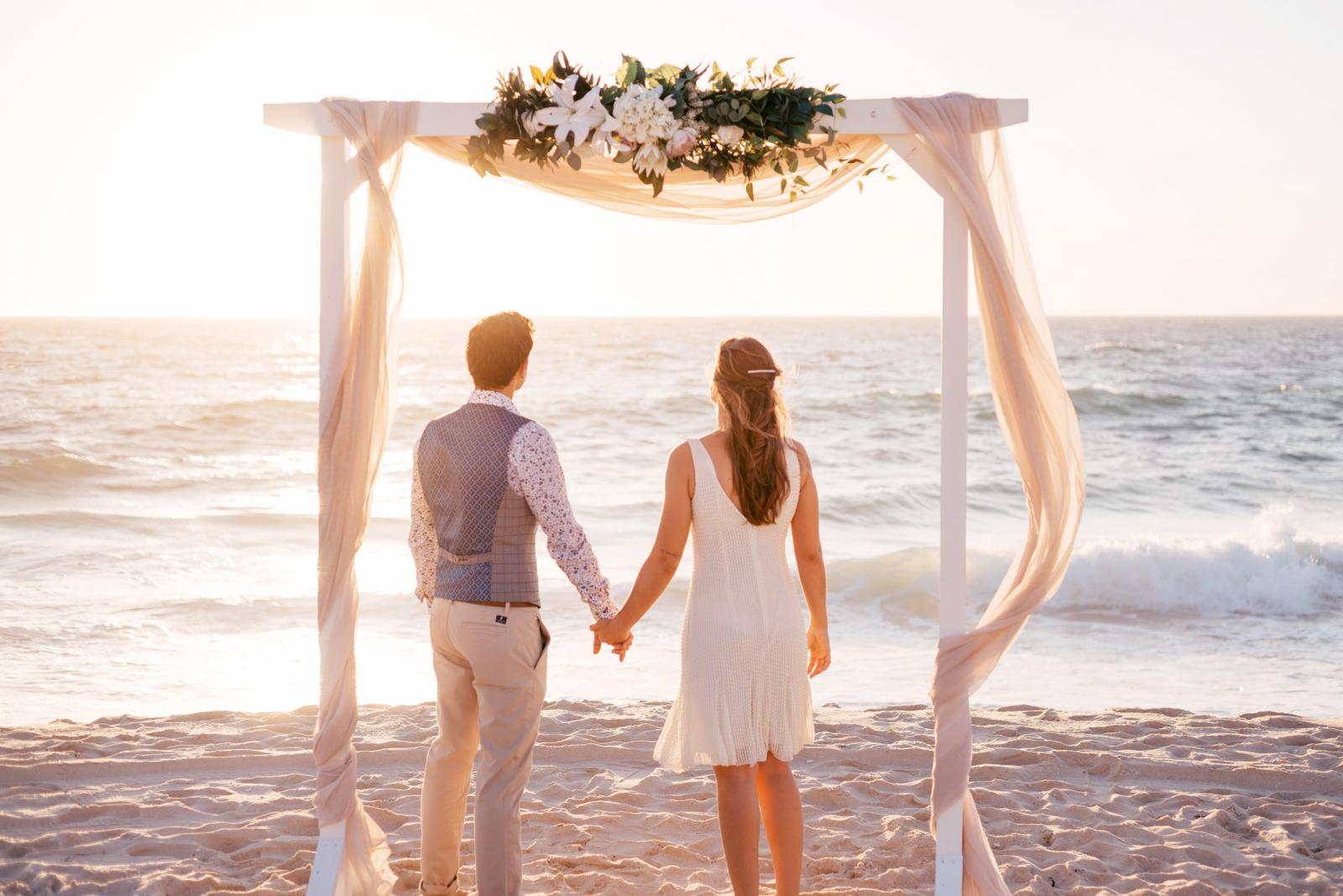Ideas for Decorating a Wedding Arch | LoveToKnow