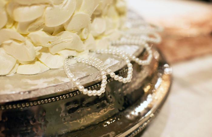 cake with pearl charm pulls