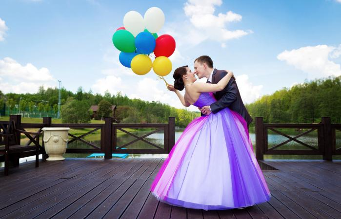 Colorful bride and groom with balloons