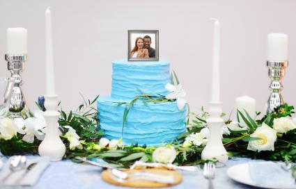 Photo topper in a blue wedding cake
