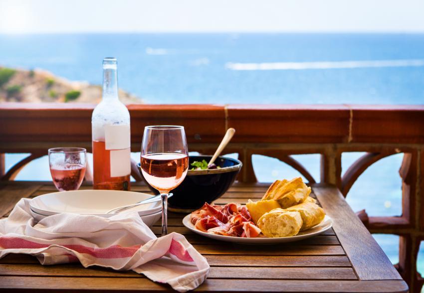 https://cf.ltkcdn.net/wine/images/slide/248115-850x588-rose-wine-and-food.jpg